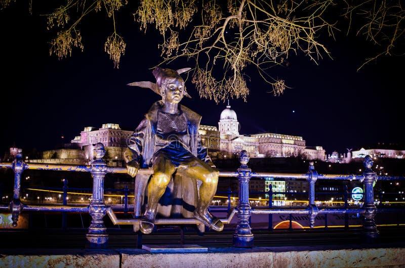 Budapest, Hungria - 3 de março de 2012 Estátua de bronze da princesa pequena por Marton Laszlo - Kiskiralylany fotografia de stock