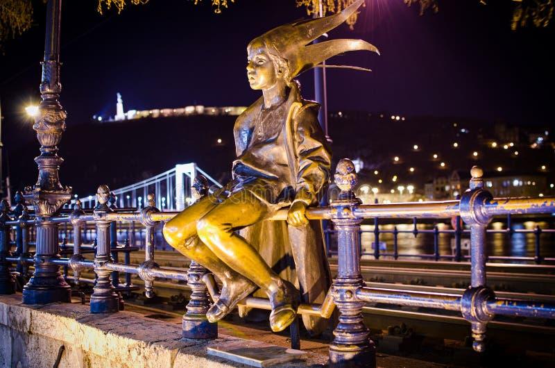 Budapest, Hungria - 3 de março de 2012 Estátua de bronze da princesa pequena por Marton Laszlo - Kiskiralylany foto de stock