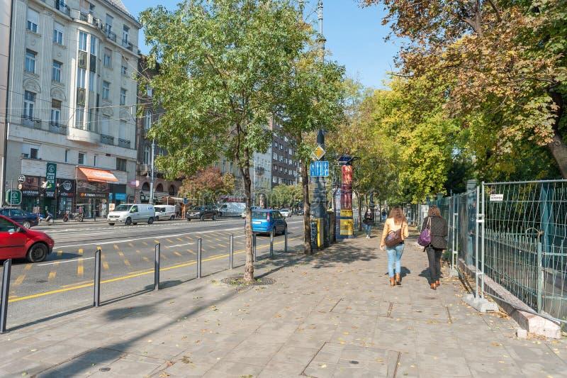 BUDAPEST, HUNGRIA - 26 DE OUTUBRO DE 2015: Vida de rua diária em Budapest, Hungria Povos e carros na ação imagem de stock