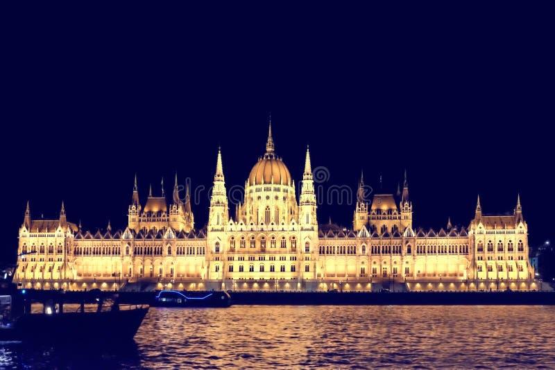 BUDAPEST, HUNGRIA - 22 DE SETEMBRO DE 2018: Construção famosa do parlamento húngaro no banco do Danube River na noite imagens de stock