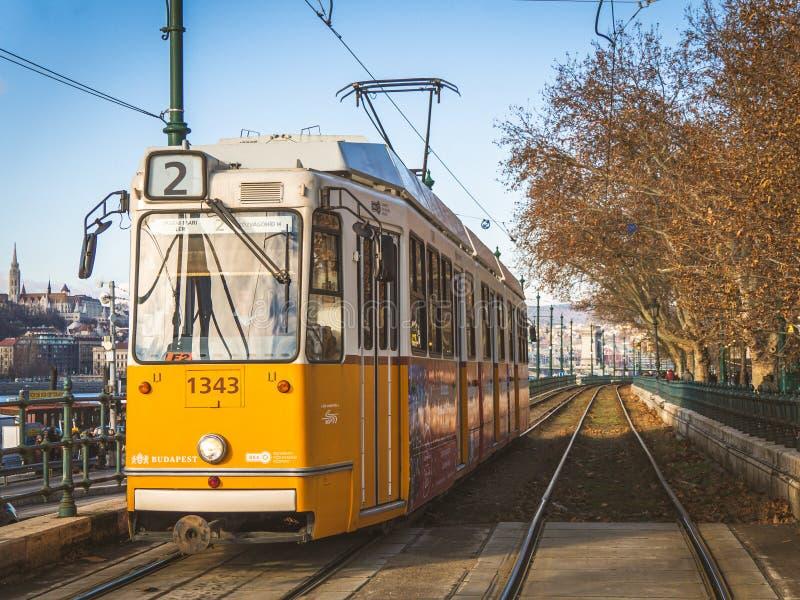Budapest, Hungria - em dezembro de 2018: A maneira do bonde é transporte popular na corrida de Budapest ao longo de Danube River  fotografia de stock