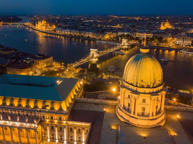Budapest, Hungria - ideia aérea da abóbada de Buda Castle Royal Palace no crepúsculo e da skyline de Budapest fotografia de stock