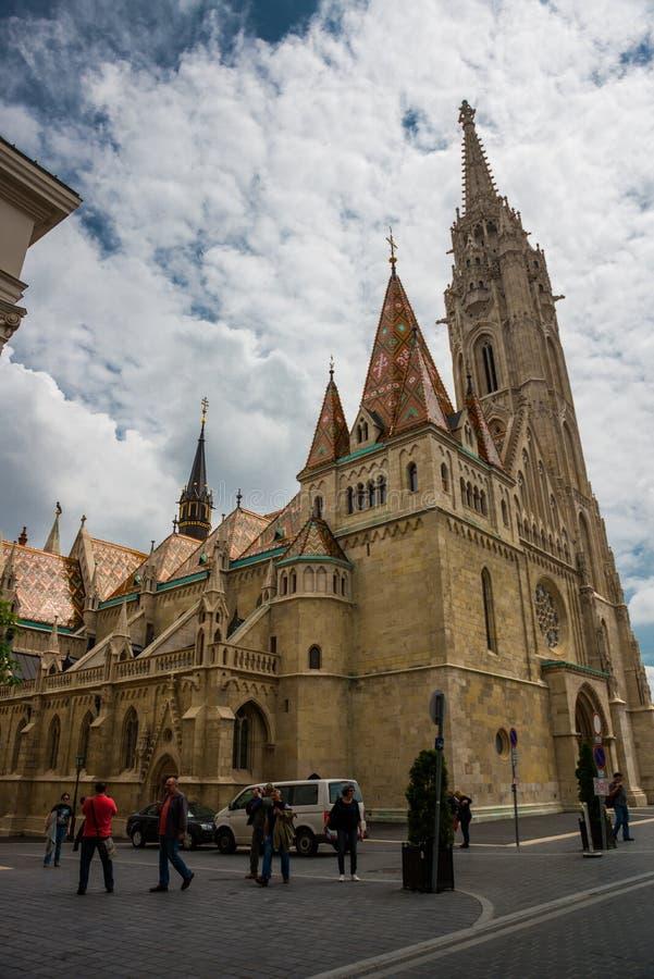 BUDAPEST, HUNGRIA: Matthias Church é uma igreja católica romana situada em Budapest, na frente do bastião do pescador no foto de stock
