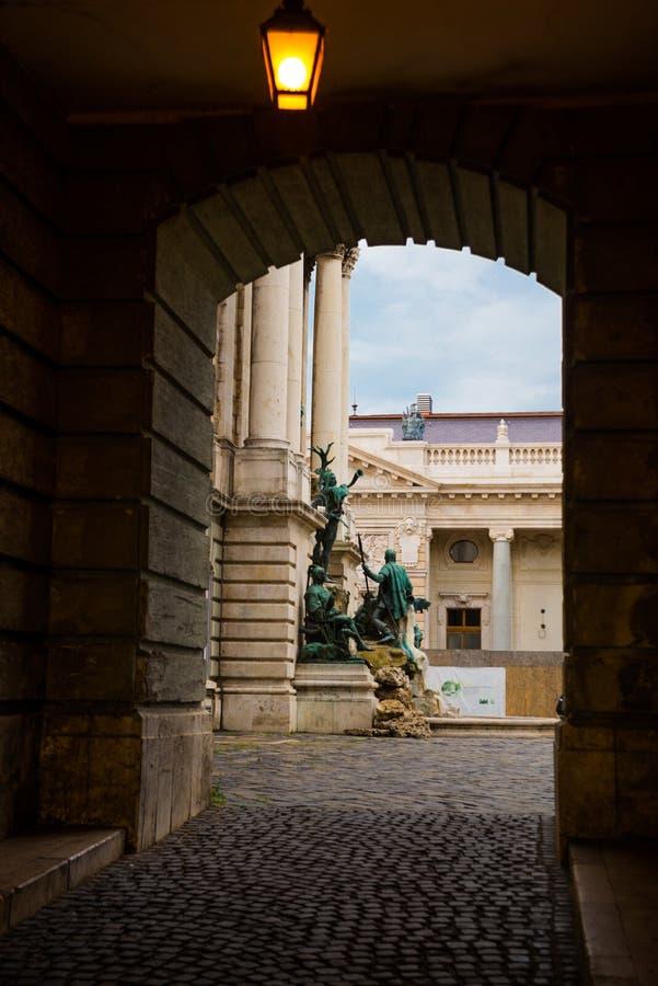 BUDAPEST, HUNGRIA: Matthias Fountain é um grupo monumental da fonte no pátio de entrada ocidental de Buda Castle, Budapest foto de stock royalty free