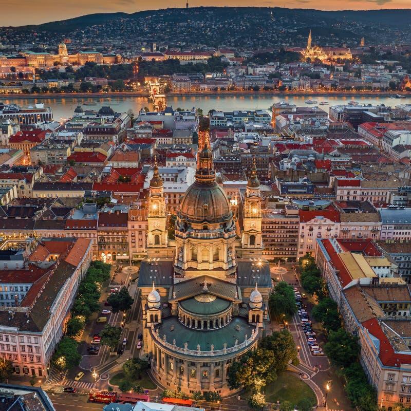 Budapest, Hungria - opinião aérea do zangão da basílica Szent Istvan Bazilika do StStephen iluminado famoso na hora azul fotografia de stock