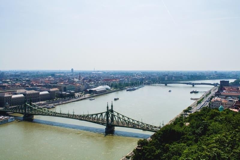 12 06 2019 Budapest, Hungria Um olhar a cidade e a ponte velha verde através do Danube River Interse??o do tr?fego imagem de stock