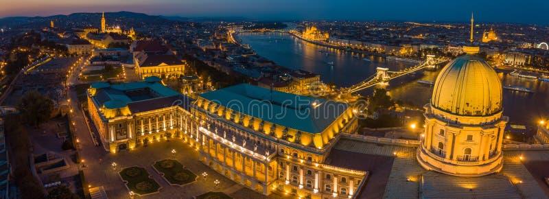 Budapest, Hungria - vista aérea panorâmico da abóbada de Buda Castle Royal Palace no crepúsculo imagem de stock royalty free