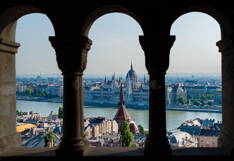 Budapest i hungarian parlamentu widok przez łuku rybaka ` s bastion - Węgry zdjęcia royalty free