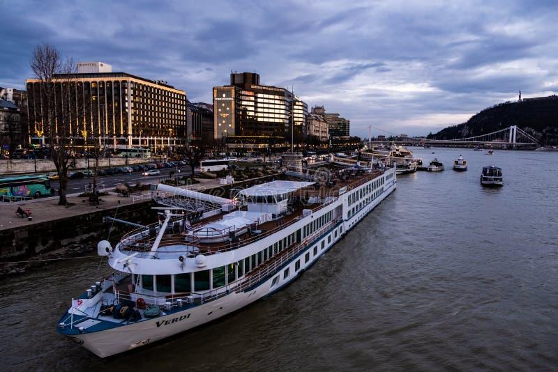 Budapest-Interkontinentalhotel auf der Donau lizenzfreies stockbild