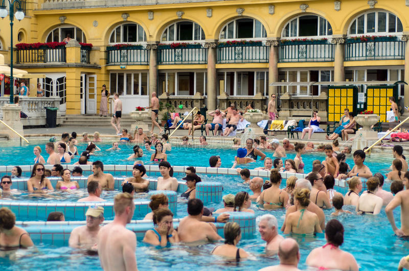 BUDAPEST - Juli 2015 - folk som har det termiska badet i Szechenyen royaltyfria bilder