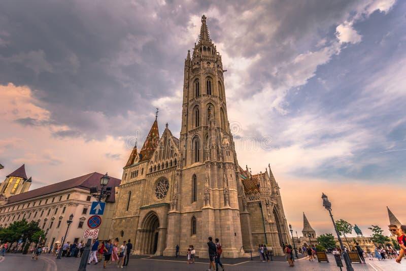 Budapest - Juni 21, 2019: Matthias kyrka i fiskarens bastion på den Buda sidan av Budapest, Ungern arkivfoton
