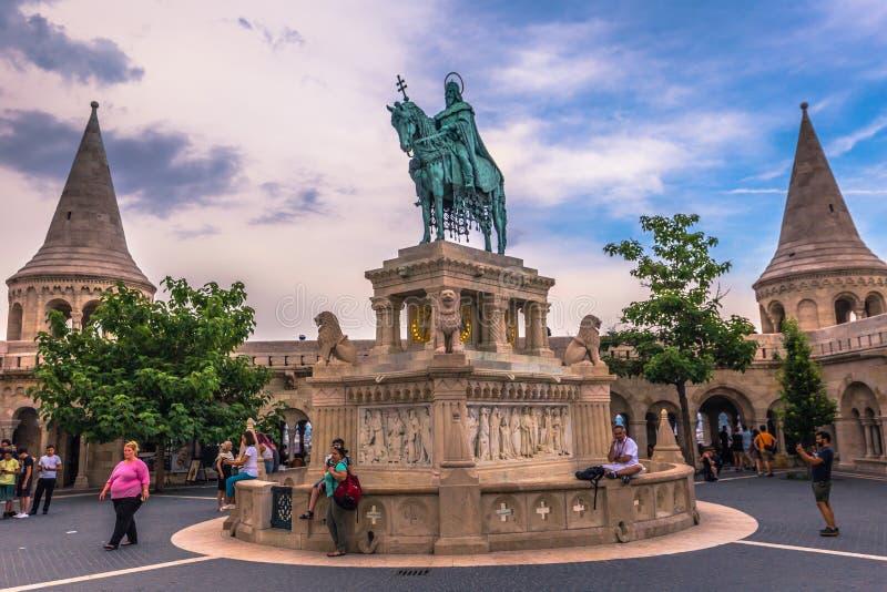 Budapest - Juni 22, 2019: Staty av Stephen I på fiskarens bastion i den Buda sidan av Budapest, Ungern arkivbilder