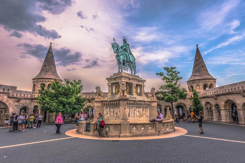 Budapest - Juni 22, 2019: Staty av Stephen I på fiskarens bastion i den Buda sidan av Budapest, Ungern royaltyfri bild