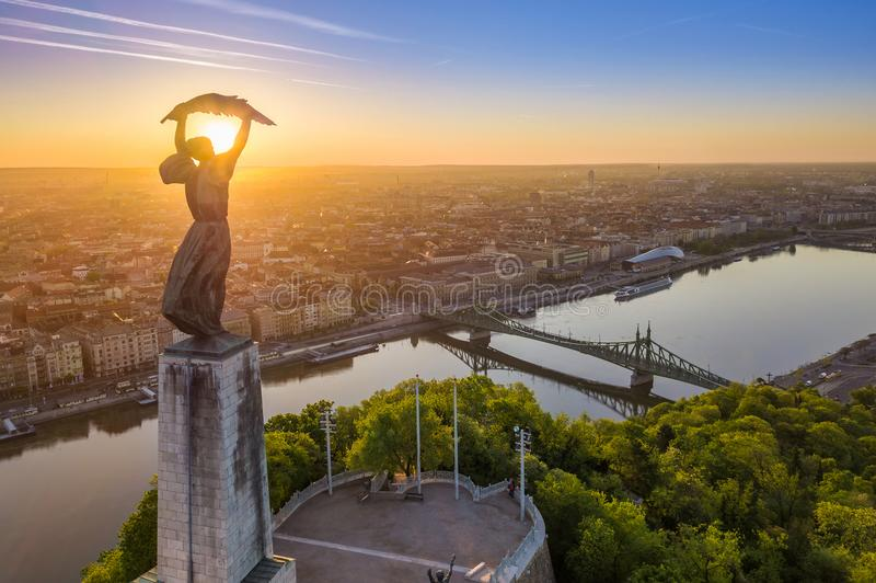 Budapest, la Hongrie - vue aérienne de la belle statue de la liberté hongroise avec Liberty Bridge et horizon de Budapest image stock
