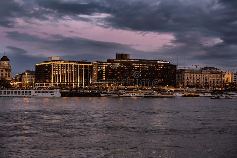 Budapest-Luxushotel auf der Donau stockfoto