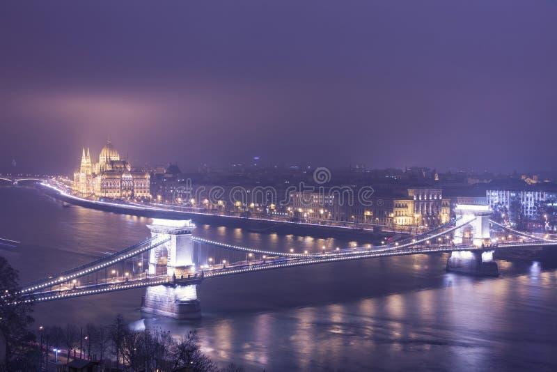 Budapest na noite, Hungria, vista na ponte Chain e na paridade fotografia de stock