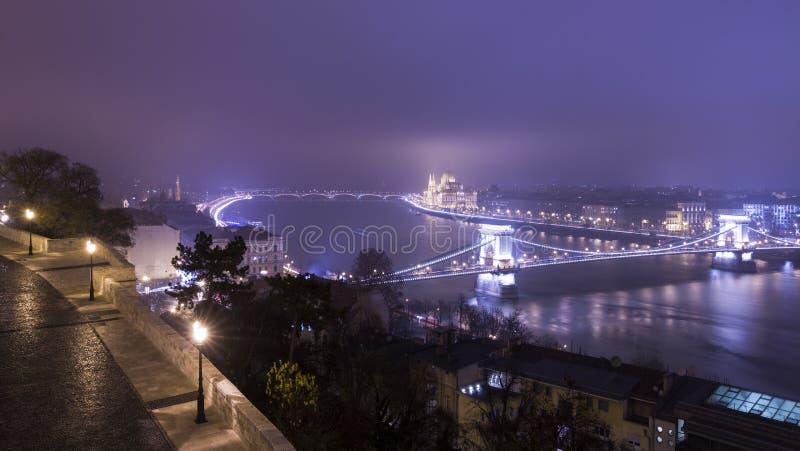 Budapest na noite, Hungria, vista na ponte Chain e na paridade foto de stock royalty free