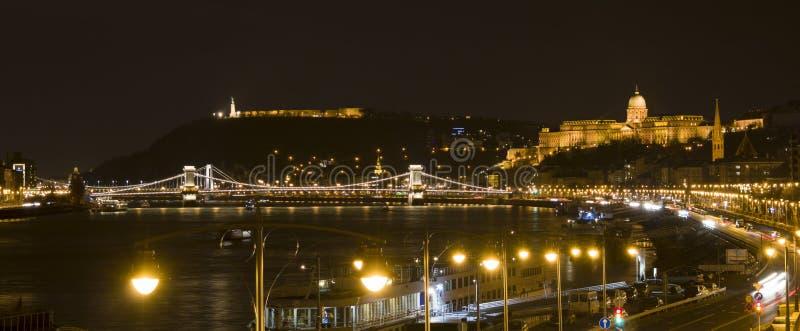 Budapest na noite, no castelo, na estátua da liberdade e no Danúbio fotografia de stock
