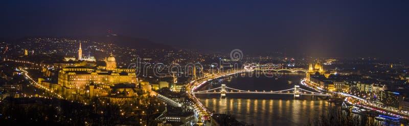 Budapest na noite, no Danúbio, no parlamento e no castelo imagens de stock royalty free