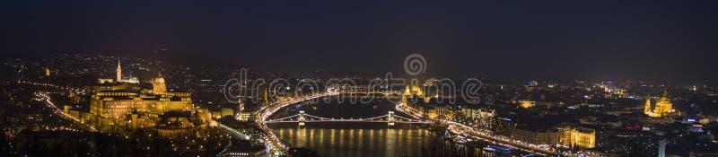 Budapest na noite, no Danúbio, no parlamento, na basílica e no castelo imagens de stock royalty free
