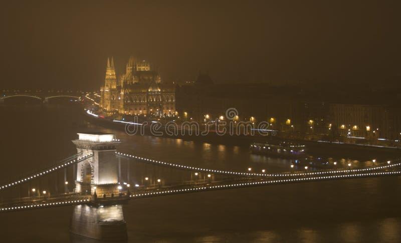Budapest na noite, no parlamento e no Danúbio imagem de stock