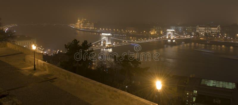 Budapest na noite, no parlamento e no Danúbio fotos de stock royalty free