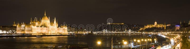 Budapest na noite, no parlamento, no castelo e no Danúbio fotografia de stock royalty free