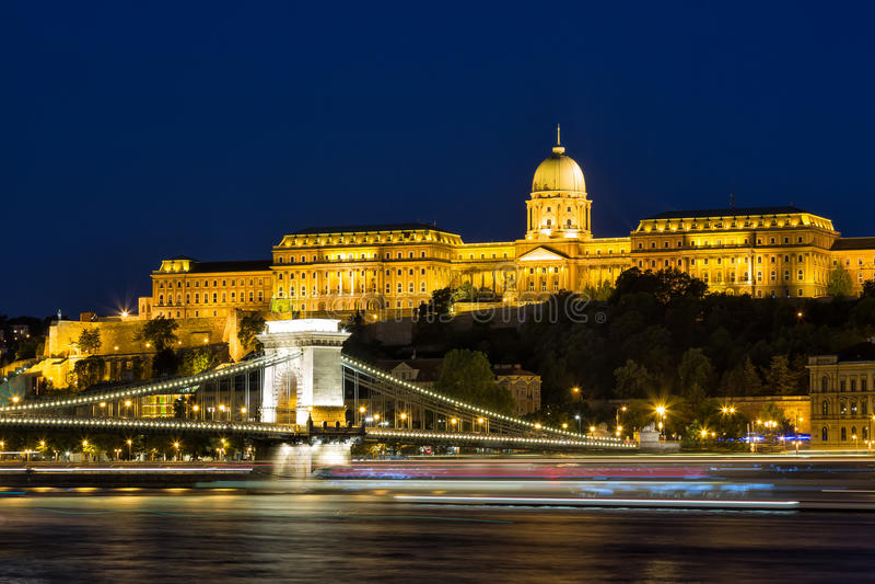 Budapest na noite - a opinião da ponte Chain de Szechenyi, de que da noite mede o rio Danúbio entre Buda e praga e Buda Castle imagem de stock