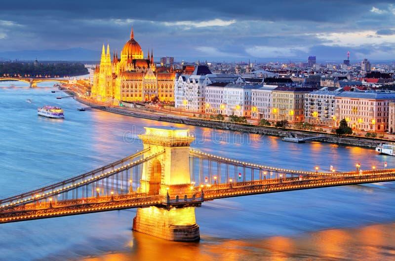 Budapest, nocy Łańcuszkowy most na Danube rzece widok fotografia stock