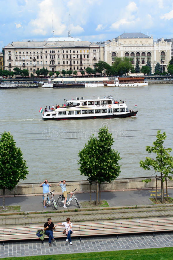 Budapest och Donaulandskap med turister arkivbilder