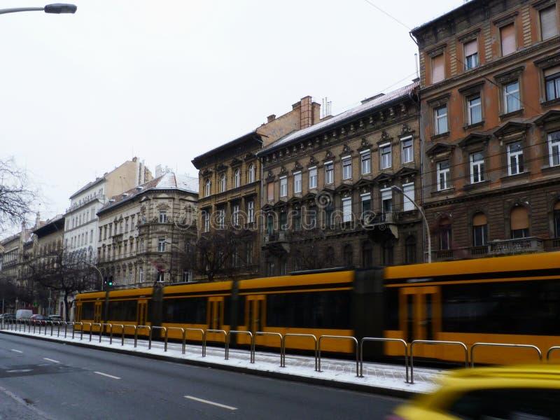 Budapest på en vinterdag med oskarpt gult förbigå för spårvagn royaltyfria foton
