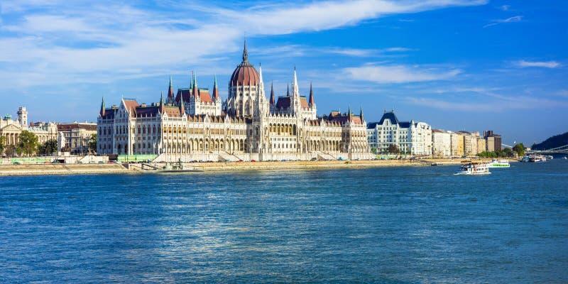 Budapest - panorama con il punto di riferimento famoso Parlament, Ungheria fotografia stock
