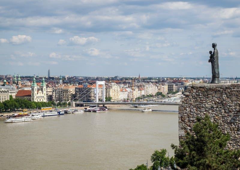 Budapest panorama med statyn av oskulden Mary och Elisabeth Bridge baktill, Budapest fotografering för bildbyråer