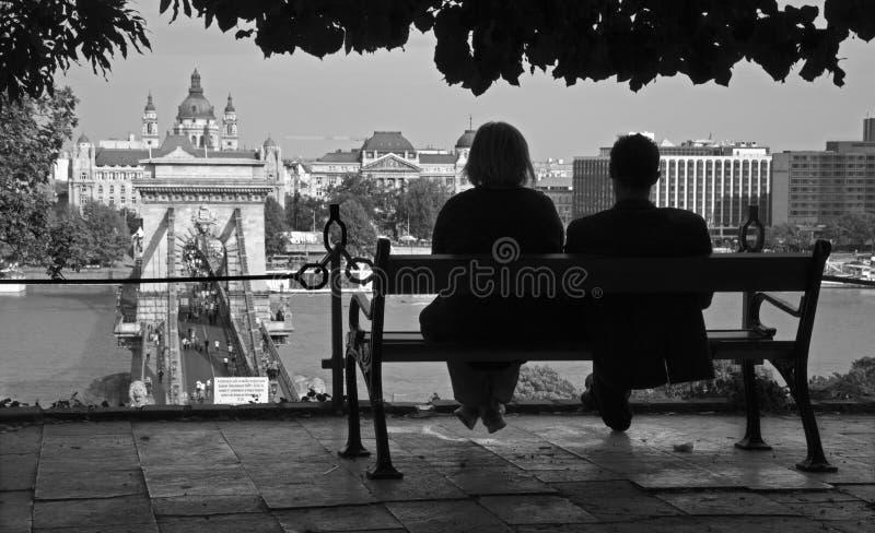 Budapest - par över townen arkivfoto