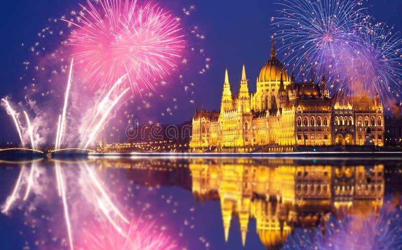 Budapest parlament med fyrverkerier arkivbilder