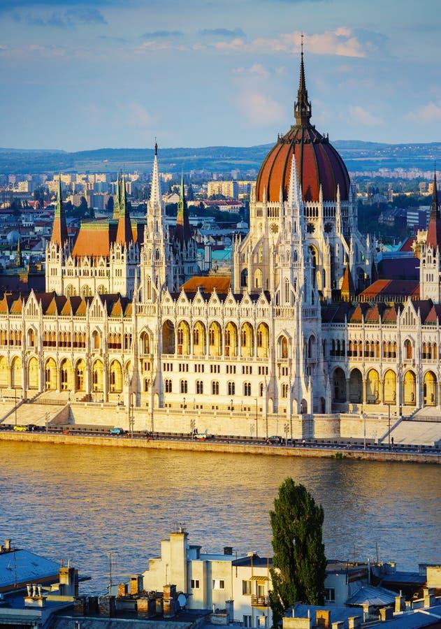 Budapest parlament på solnedgångbelysning arkivfoton