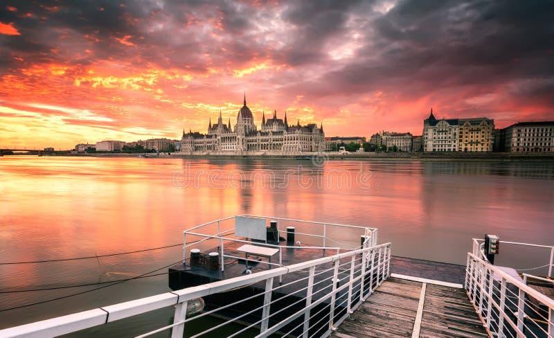 Budapest parlament på soluppgång royaltyfria foton