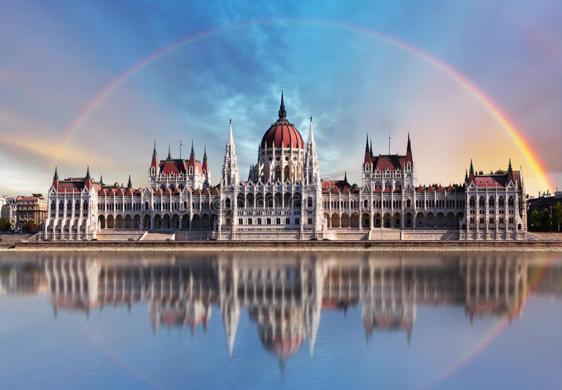 Budapest - Parliament.with-Reflexion in Donau stockbilder