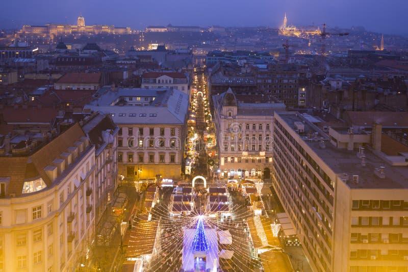 Budapest Przy Twillight linią horyzontu - bazyliki Xmas jarmark obraz stock