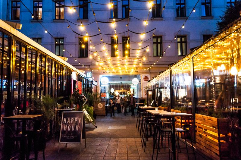 Budapest, rua com bares foto de stock
