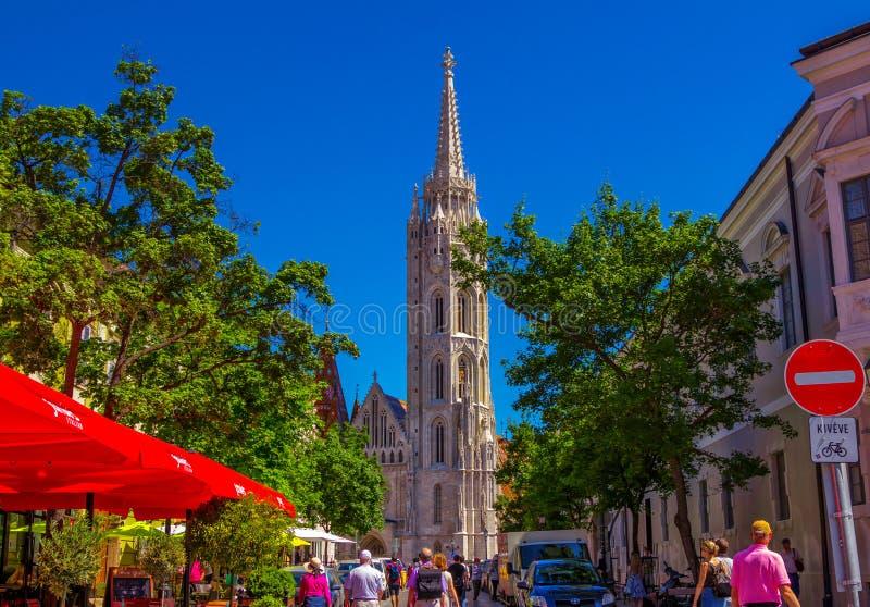 Budapest - sikt av det Buda Castle omr?det med det h?rliga helgonet Mathias Church royaltyfria foton