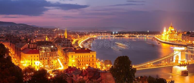 Budapest-Stadtnachtszene Ansicht an der Hängebrücke, Fluss Donau stockfotografie