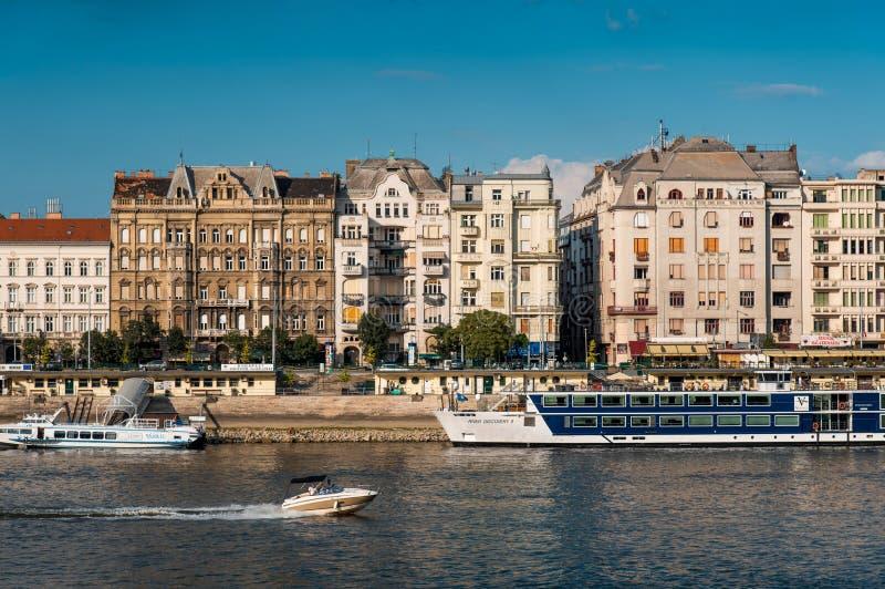 Budapest traditionella arkitekturbyggnader ovanför floden Donau arkivfoto