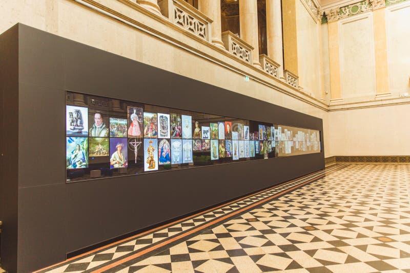 BUDAPEST, UNGARN - 3. APRIL 2019: Wechselwirkende Platte mit einer Galerie von Malereien das Museum Budapest-schöner Künste lizenzfreies stockbild