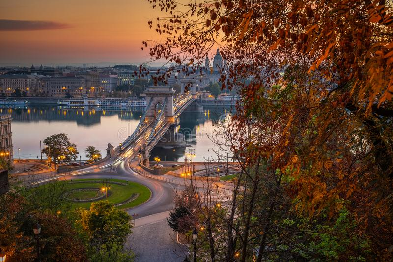 Budapest, Ungarn - das berühmte Karussell Szechenyi Hängebrücke Lanchid und Clark Adam Squares bei Sonnenaufgang stockbild