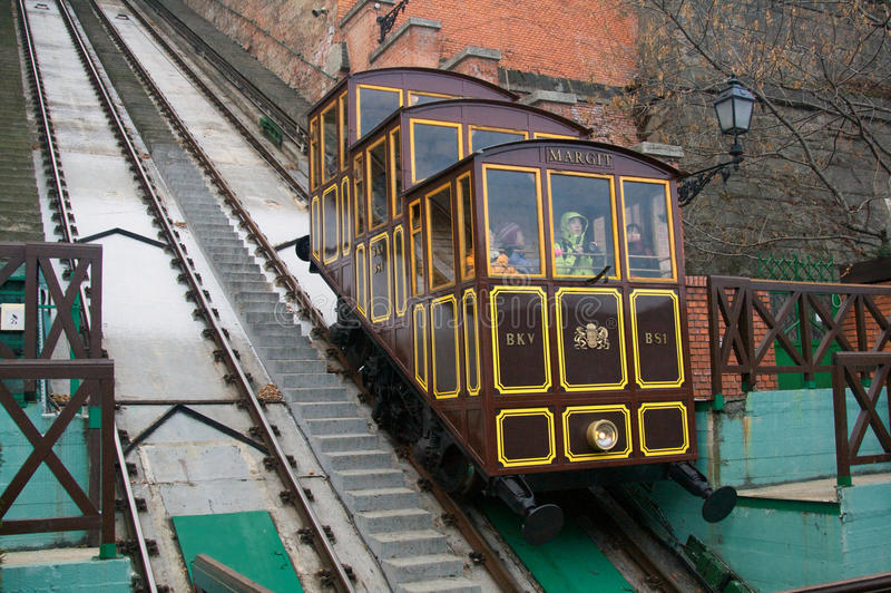 BUDAPEST, UNGARN - 27. DEZEMBER 2014: Funikulär zu Buda-Schloss stockbilder