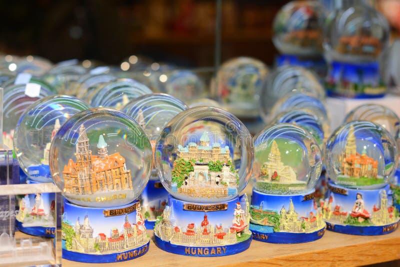 BUDAPEST, UNGARN - 21. DEZEMBER 2017: Weihnachtsschnee-Kugel-Andenken vom transparenten Weihnachtsball Budapests mit Schnee nach  lizenzfreies stockbild