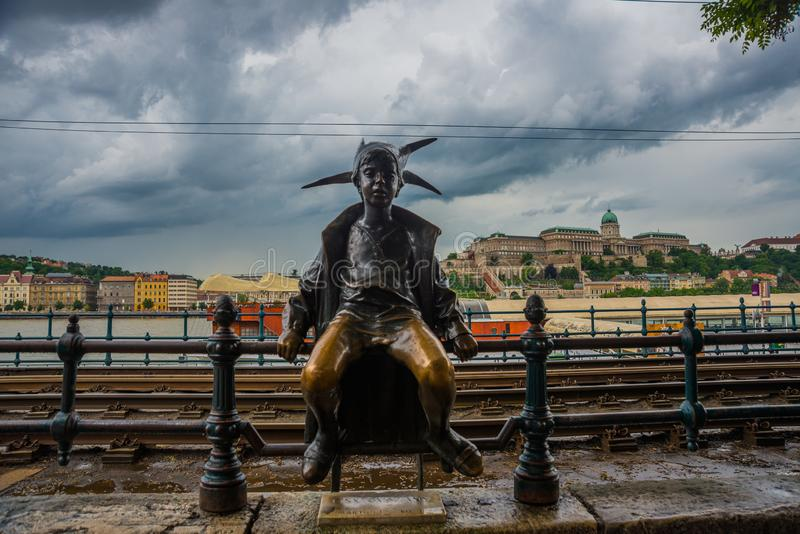 BUDAPEST, UNGARN: Die kleine Statue Prinzessin Jester wird durch die Rillenschienen auf der Plage, Buda Castle durch Donau-Riverb stockbilder