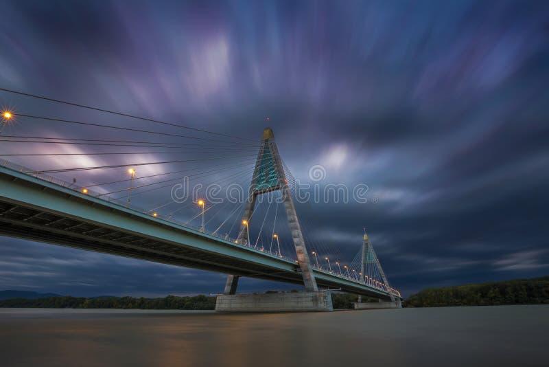 Budapest, Ungarn - die Megyeri-Brücke über Fluss Donau an der Dämmerung lizenzfreie stockfotografie