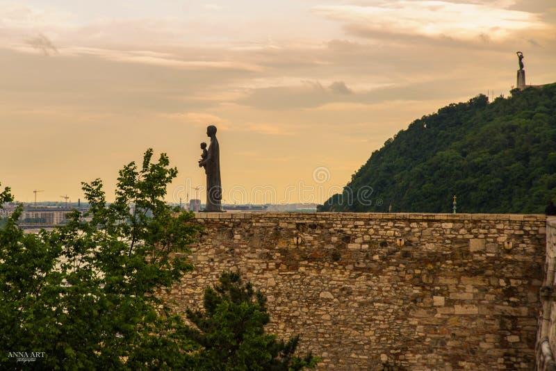 Budapest, Ungarn: Die Skulptur von St. Maria Mater Dei auf die Bergkuppe von Buda Castle Liberty Statue- oder Freiheits-Statuenst lizenzfreie stockfotografie